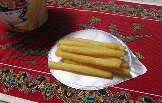 IMG 0260 【食べ物】味はカールチーズ味みたい!期間限定「お・と・なじゃがりこカマンベールチーズ」を食べてみました!