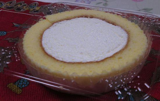 IMG 0312 【食べ物】生クリームが「ふわっと」して美味しい!ローソンの「プレミアムレアチーズロールケーキ」を食べてみました!