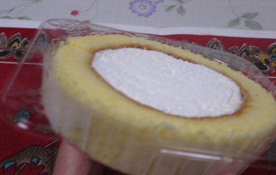 IMG 0313 【食べ物】生クリームが「ふわっと」して美味しい!ローソンの「プレミアムレアチーズロールケーキ」を食べてみました!