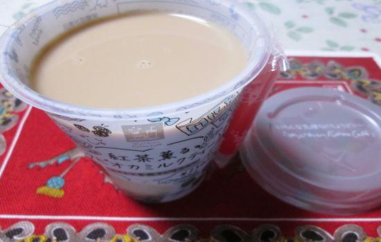 IMG 0405 【食べ物】パッケージに惹かれて買ってみた。ファミリーマートの「紅茶薫るタピオカミルクティー」を飲んだよ!