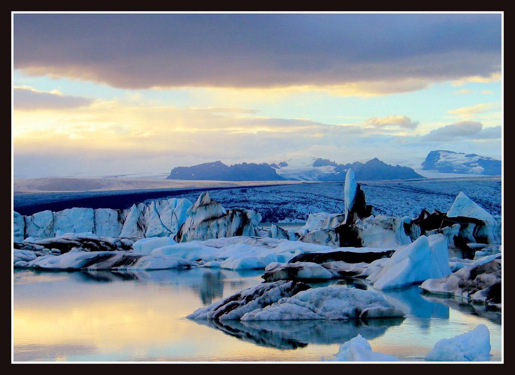 the glaciers edge at sunset 【気になる話題】アイスランドの大地の裂け目に映える太陽。その光景が天国のようだと話題に