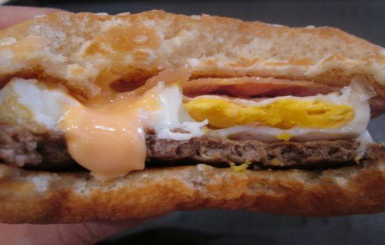 IMG 0683 【マクドナルド】新発売「チキンチーズ月見」と「月見バーガー」の食べ比べをしました【感想】