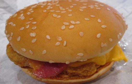 IMG 0685 【マクドナルド】新発売「チキンチーズ月見」と「月見バーガー」の食べ比べをしました【感想】